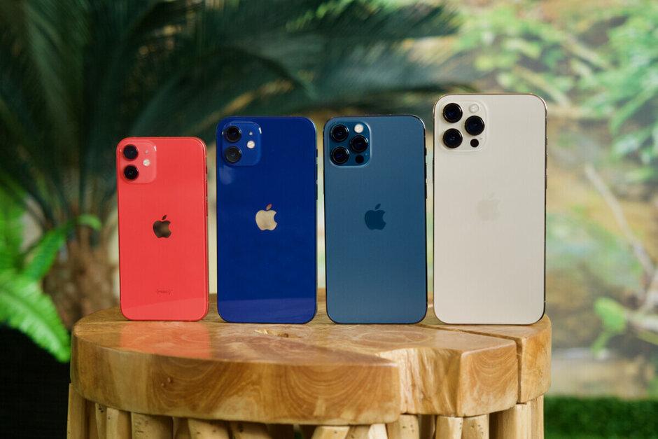 La famille 5G Apple iPhone 12 avec le mini à l'extrême gauche