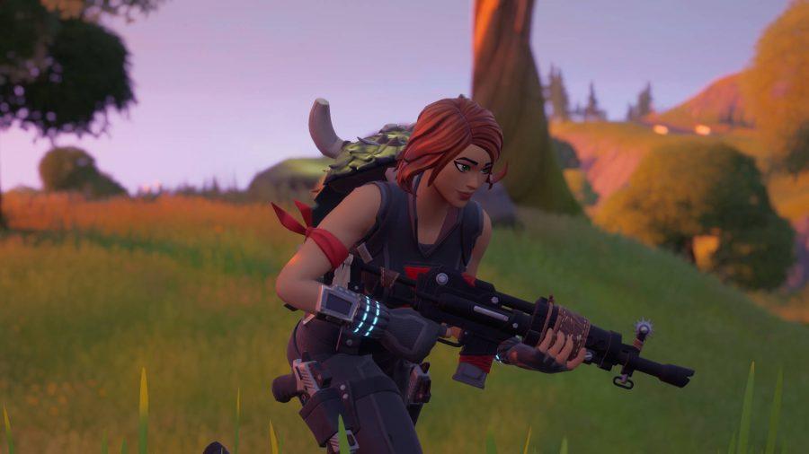 Le joueur porte une cape de chasseur sur le dos, l'un des objets d'artisanat de Fortnite
