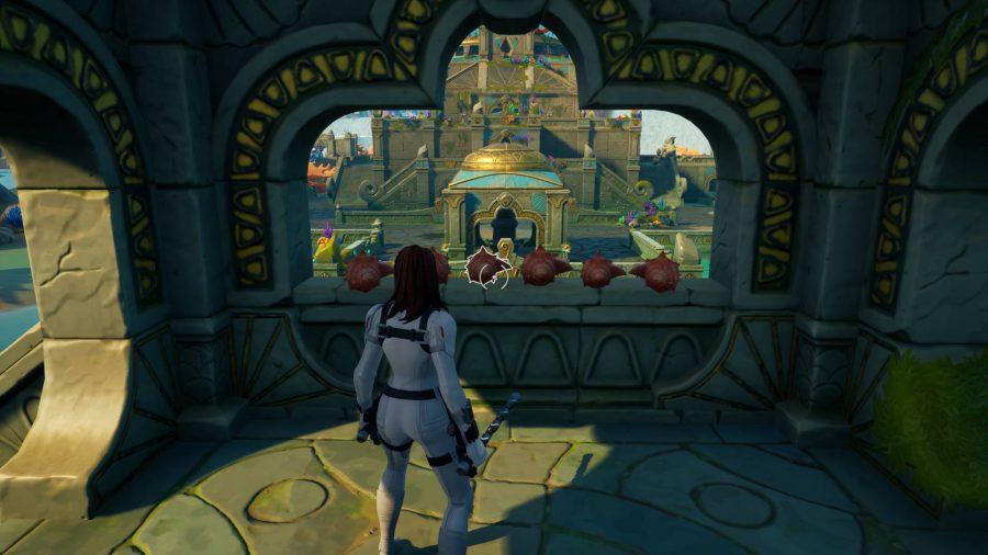 Le joueur se tient à côté de conches dans l'un des petits châteaux de Fortnite, le Coral Castle.