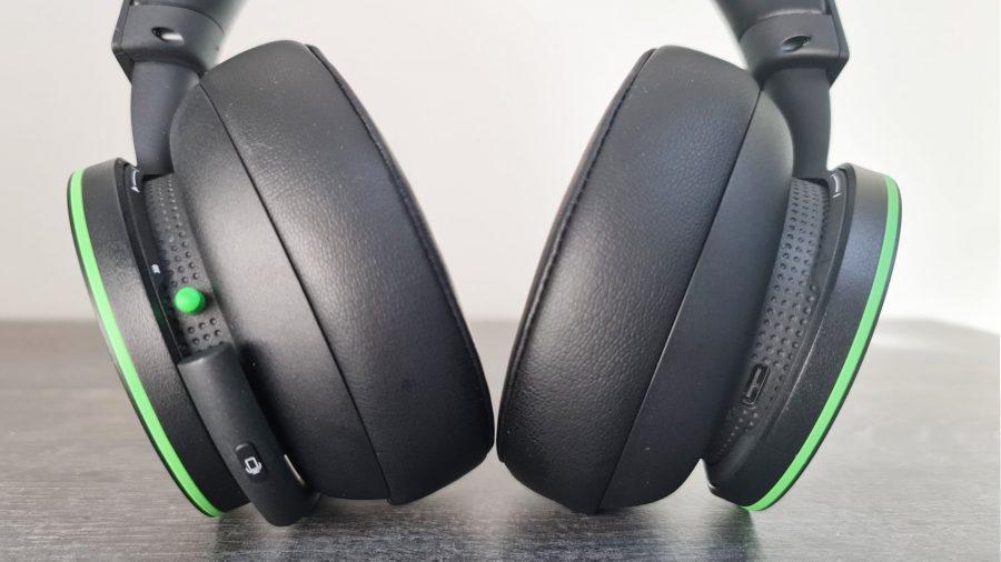 Le casque sans fil Xbox de Microsoft a un bouton de microphone et un interrupteur d'alimentation sur l'oreillette gauche, et un port USB Type-C sur la droite