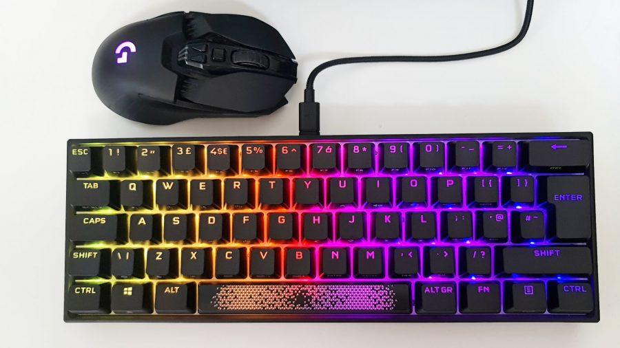 Le clavier de jeu Corsair K65 RGB Mini fait environ deux fois la taille d'une souris de jeu Logitech G903