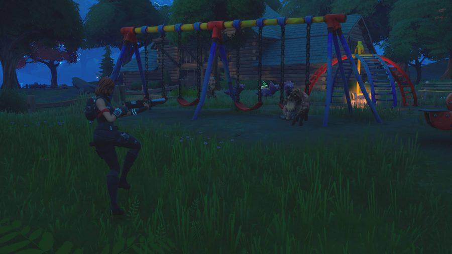 Le joueur chasse un sanglier, l'un des animaux de Fortnite, dans une aire de jeux pour enfants.