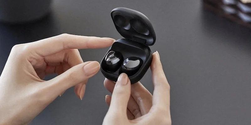 Les écouteurs Samsung Galaxy Buds Pro dans les mains d'une personne.