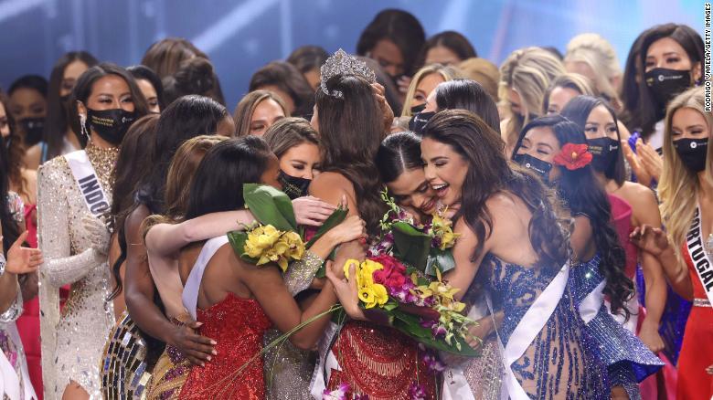 Miss Mexique Andrea Meza est couronnée Miss Univers sur scène.
