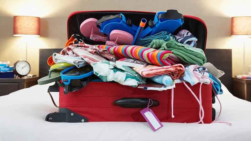 Une valise ouverte prête pour les vacances.